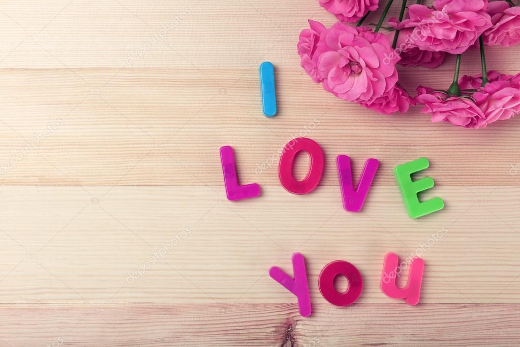 Mooie rozen met zin i love you op houten tafel achtergrond mooie rozen met zin i love you op houten tafel achtergrond foto van belchonock voltagebd Choice Image