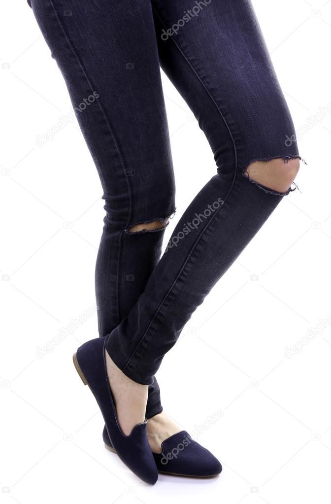 Žena v roztrhané džíny na kolena a boty izolovaných na bílém — Stock  fotografie 0852a07def