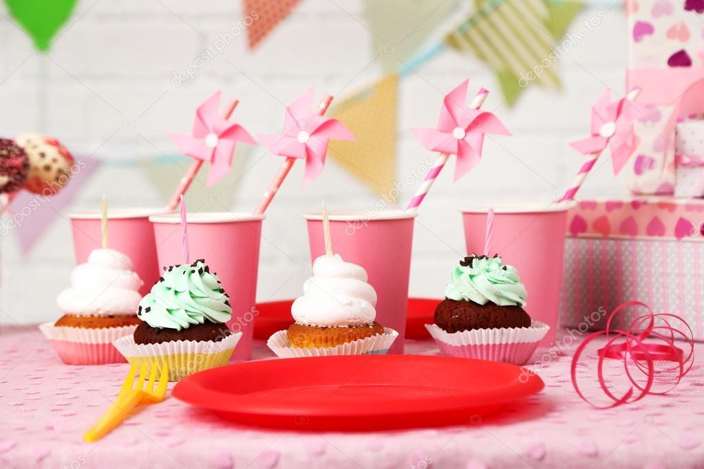 Tavolo Compleanno Bambini : Preparato il tavolo di compleanno per festa bambini u2014 foto stock