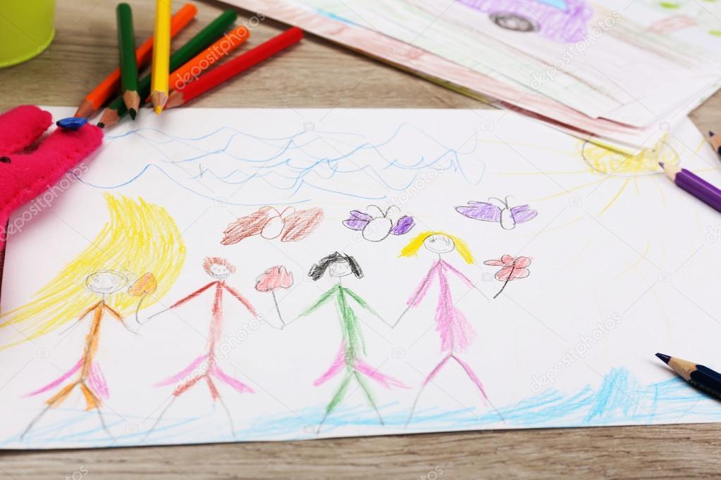 Niños dibujando en blanca hoja de papel con crayones, closeup ...