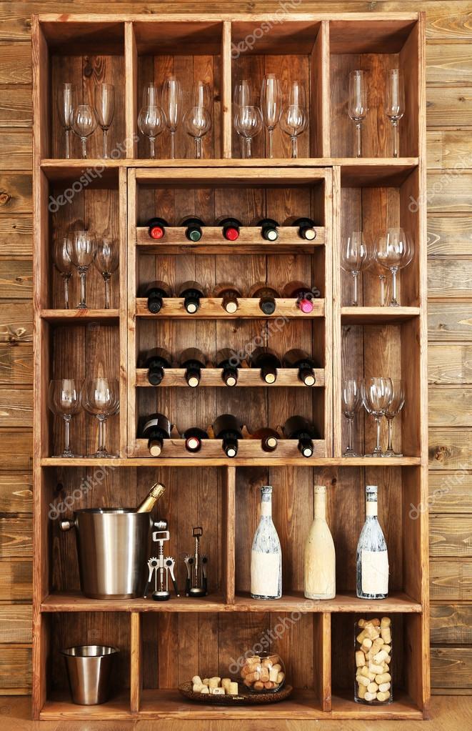 Estanter as con botellas de vino con copas sobre fondo de - Estanterias de vino ...