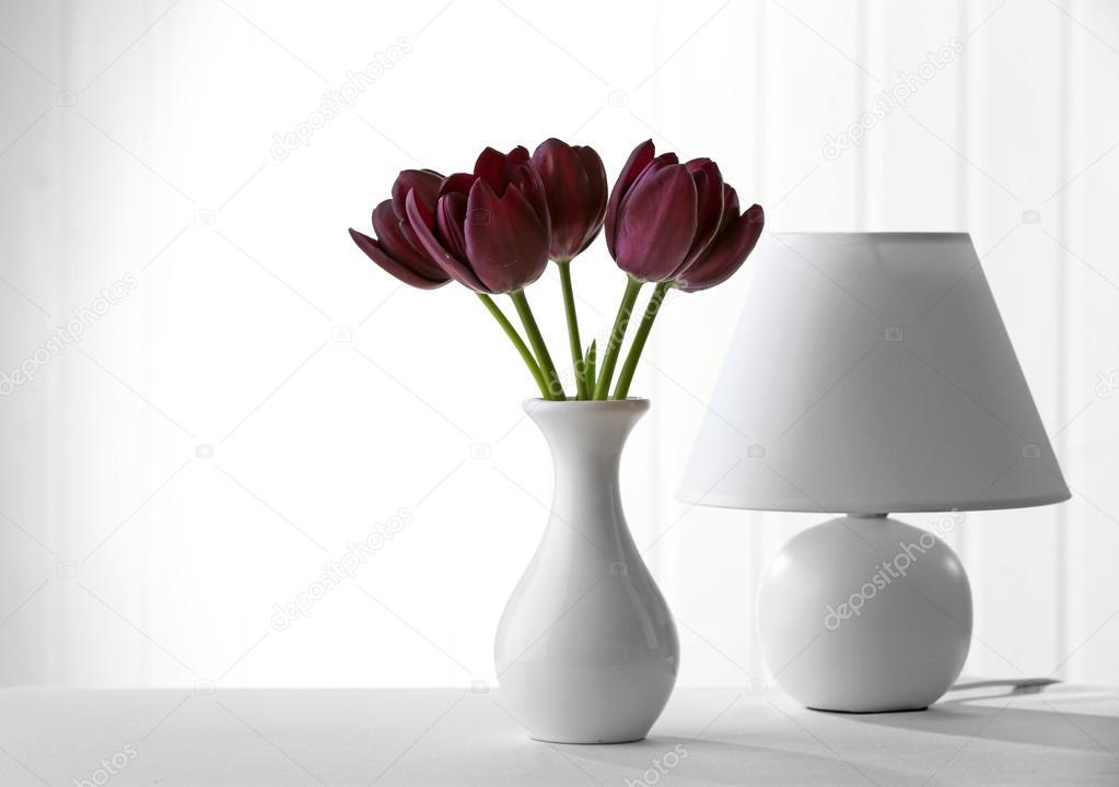 Lampada Fiore Tulipano : Bello tulipano viola in vaso con lampada su sfondo chiaro u2014 foto
