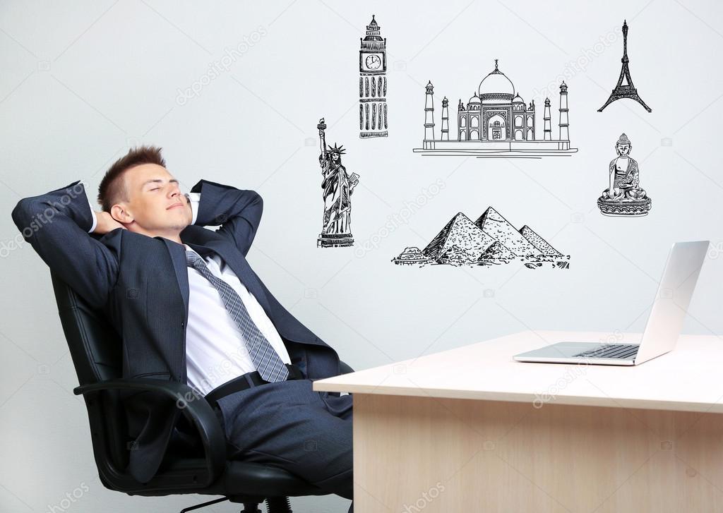 Concepto de sue o retrato de joven empresario en oficina for Concepto de oficina