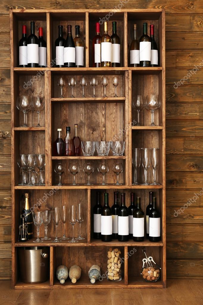 Estanter as con botellas de vino con copas sobre fondo de - Estanterias para botellas ...