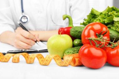 "Картина, постер, плакат, фотообои ""питатель врач пишет план диеты в офисе "", артикул 72838249"