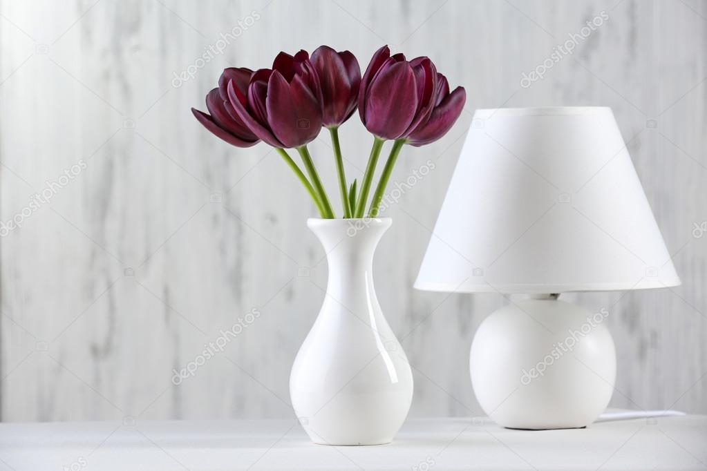 Lampada Fiore Tulipano : Bello tulipano viola in vaso con lampada su sfondo grigio u2014 foto