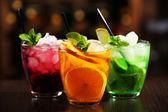 Gläser von Cocktails an der bar Hintergrund