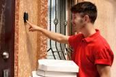 Fotografia Ragazzo di consegna con scatola di cartone pizza vicino a casa del cliente, allaperto