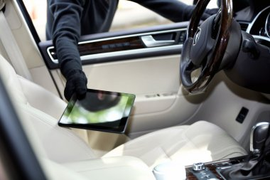 Man burglar steals the tablet of car