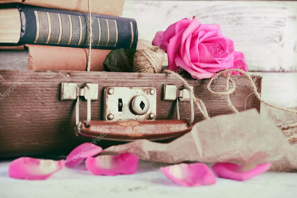 Belle Rose Dentellare Con La Pila Di Libri Foto Stock Belchonock