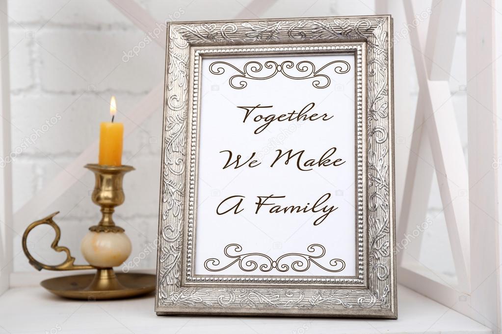 cadre photo sur tag re avec chandelier sur fond de mur de. Black Bedroom Furniture Sets. Home Design Ideas
