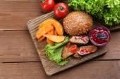 Hovězí maso s brusinkovou omáčkou a zeleninou