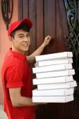 mladý muž přináší krabici u domu