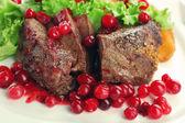 gustoso arrosto di carne con salsa di mirtilli sulla piastra, close-up