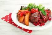 Chutné pečené maso s brusinkovou omáčkou a restovanou zeleninou