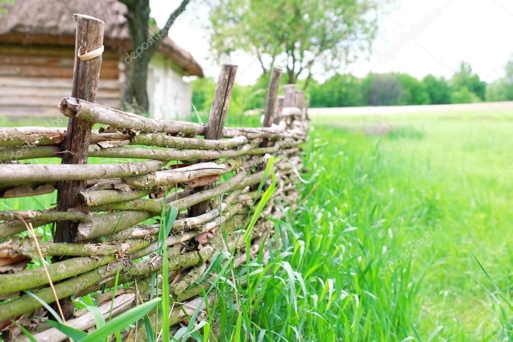 Clôture rustique en osier au jardin sur fond d\'herbe ...