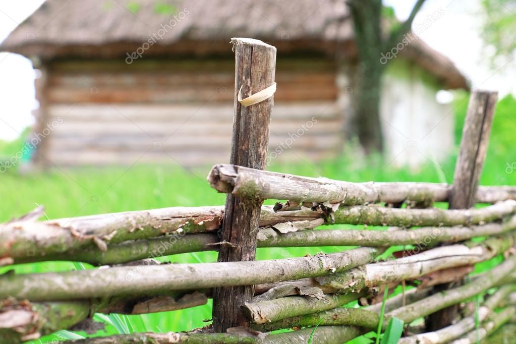 Rustikale Weide Zaun Im Garten Auf Gras Hintergrund Stockfoto