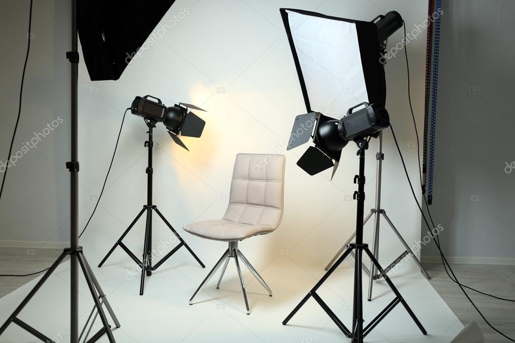 Studio fotografico con interni moderni e apparecchiature di