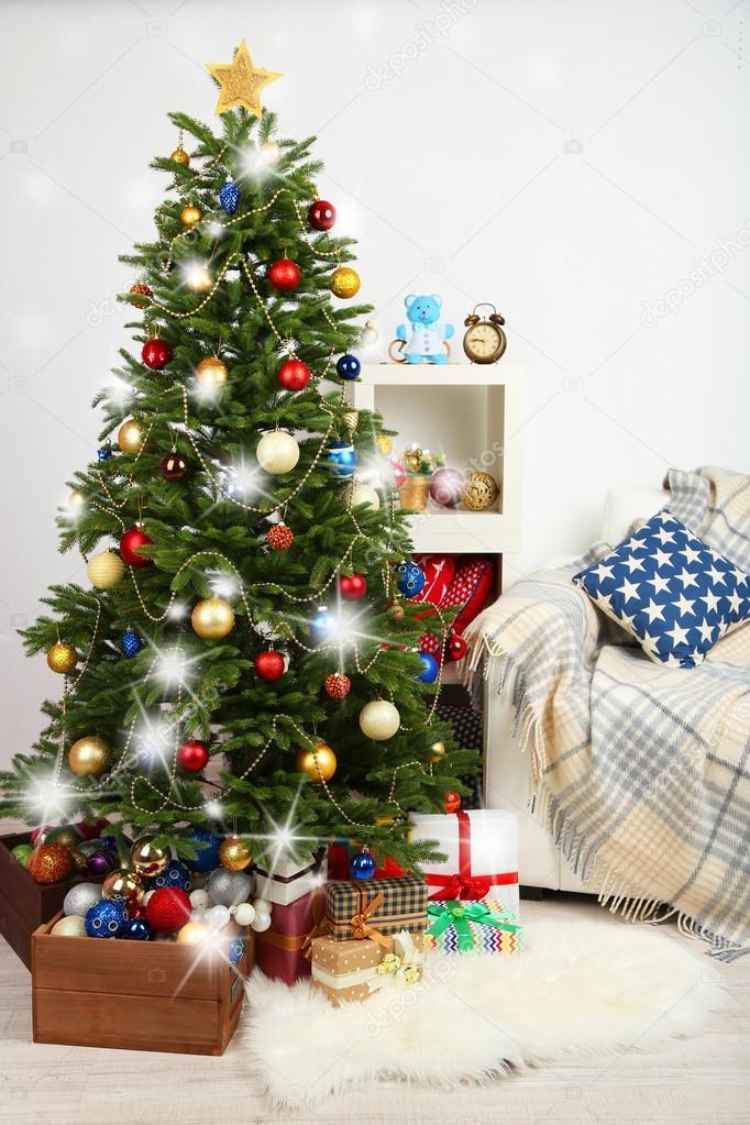 Décoration d'arbre de Noël sur fond intérieur maison ...