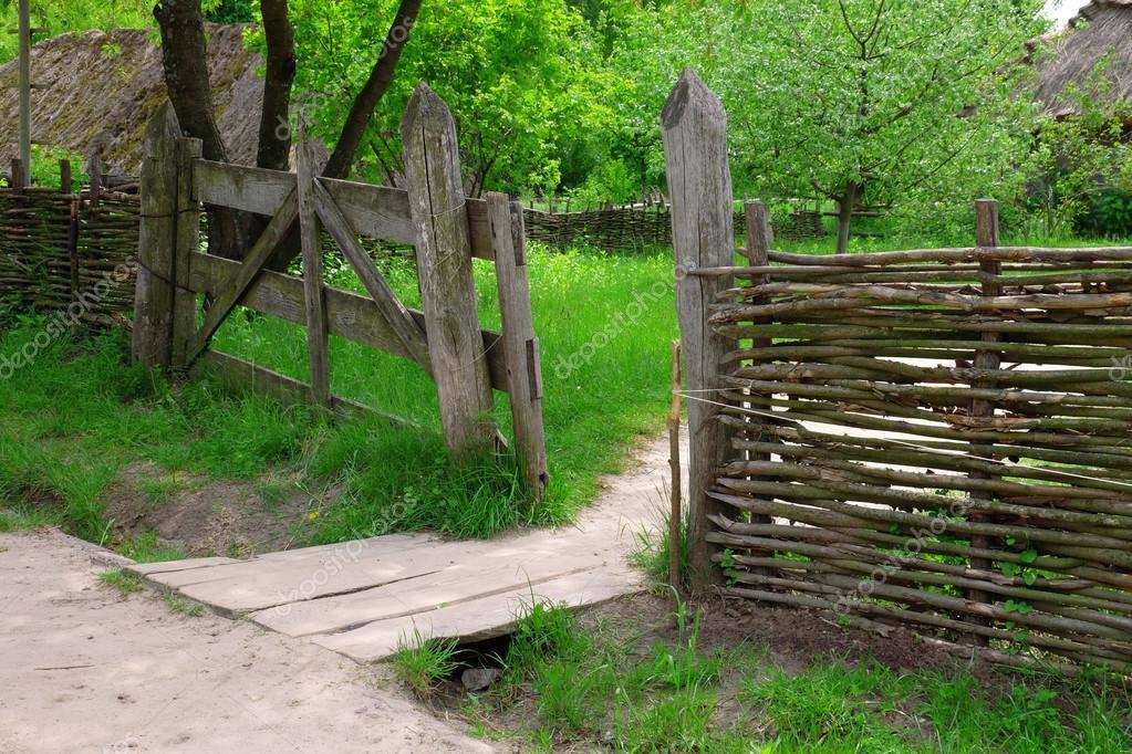 Clôture rustique en osier au jardin sur fond d\'herbe — Photographie ...