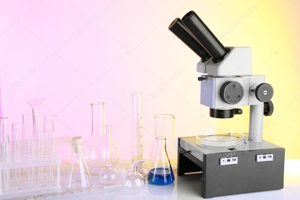 Reagenzgläser und mikroskop u stockfoto belchonock