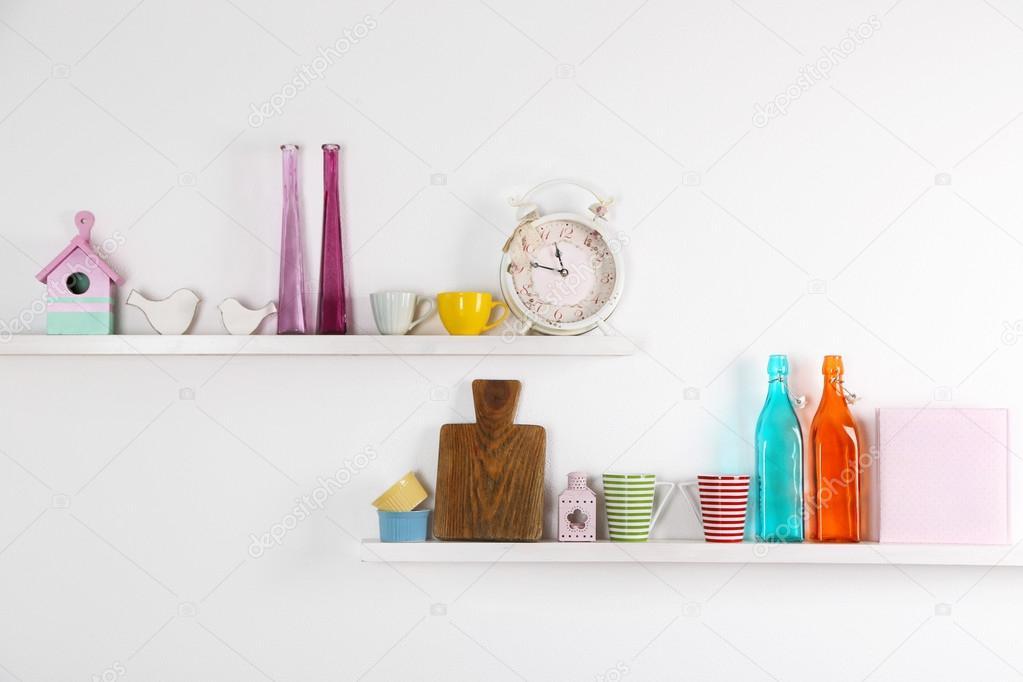 Utensili della cucina sulle mensole di legno, primi piani — Foto ...