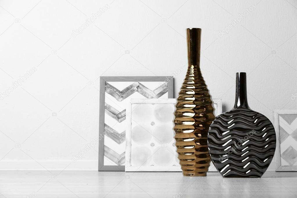 modernos jarrones de piso en sala de u foto de stock