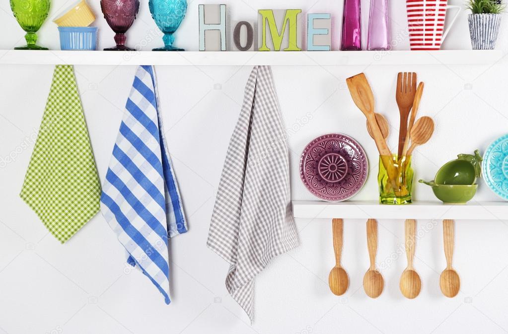 Utensili della cucina sulle mensole di legno — Foto Stock ...
