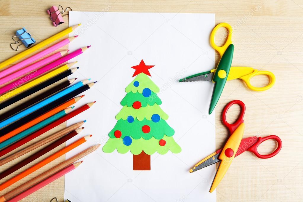 Árbol de Navidad de papel creativo en la hoja de papel blanco ...