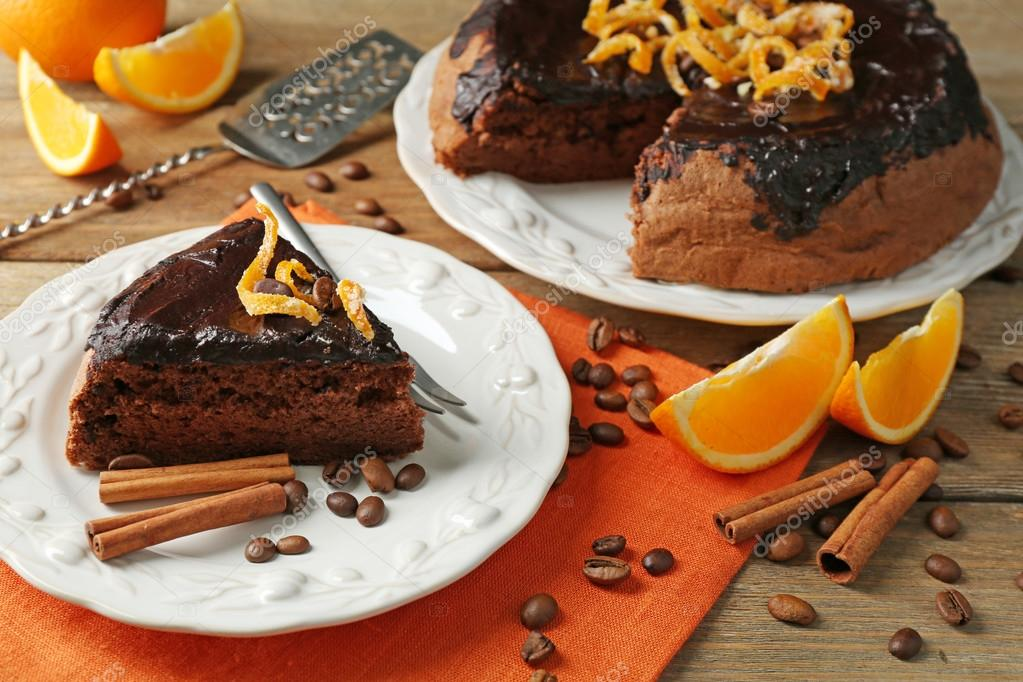 Kuchen Mit Schokoladenglasur Und Orange Auf Teller Auf Holzernen