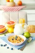 Zdravá snídaně s plody a bobule na stole v kuchyni