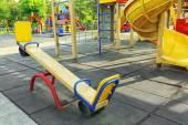 Prázdné houpačky na dětské hřiště v parku