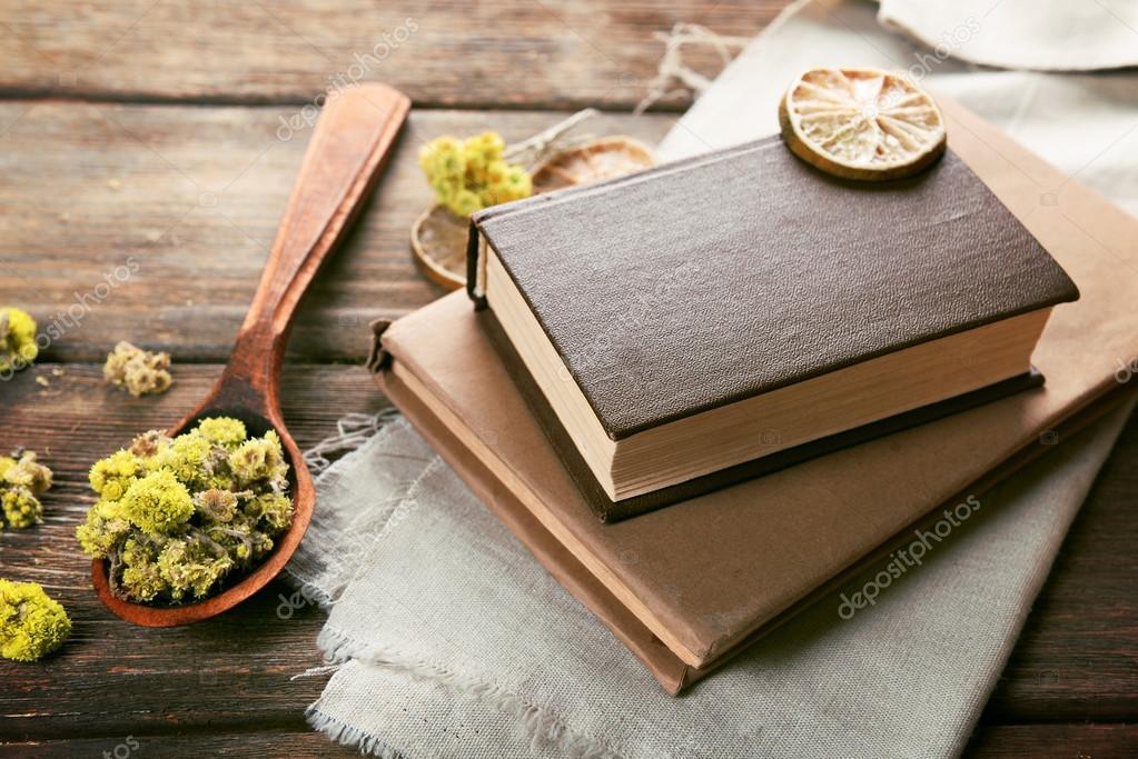 Vecchi libri con fiori secchi e limone sulla tabella primi for Vecchi piani colonica con foto