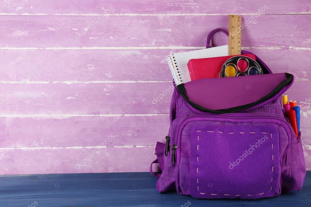 Školní batoh na dřevěné pozadí — Stock Fotografie © belchonock  83077496 a0c2f6fe7f