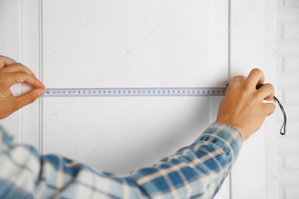 Giovane uomo di misura mobili per la casa foto stock for Mobilia domestica