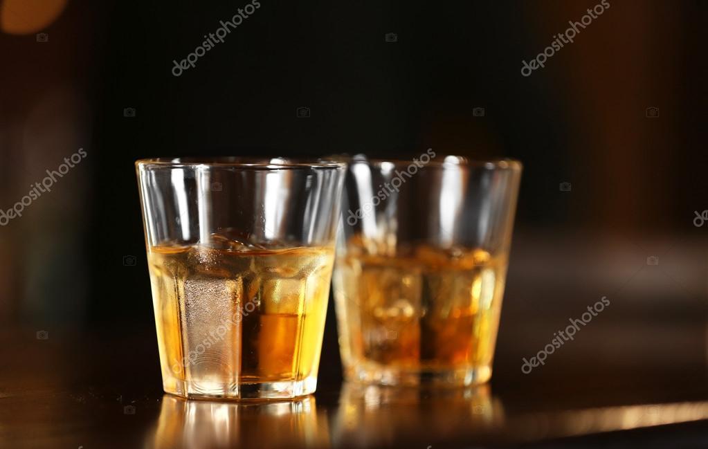 In piedi di tumbler bicchiere di whisky sul bancone bar for Piani di studio 300 piedi quadrati