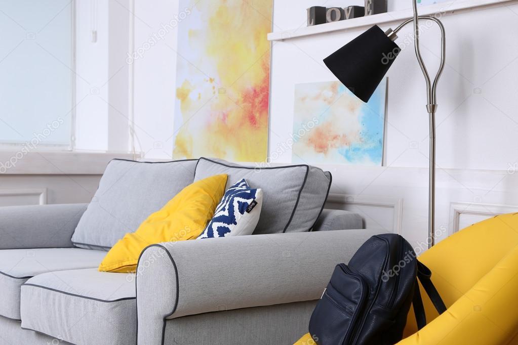 Bel soggiorno moderno con divano grigio e lampada da terra — Foto ...