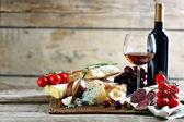 Zátiší s různými typy italských potravin a vín