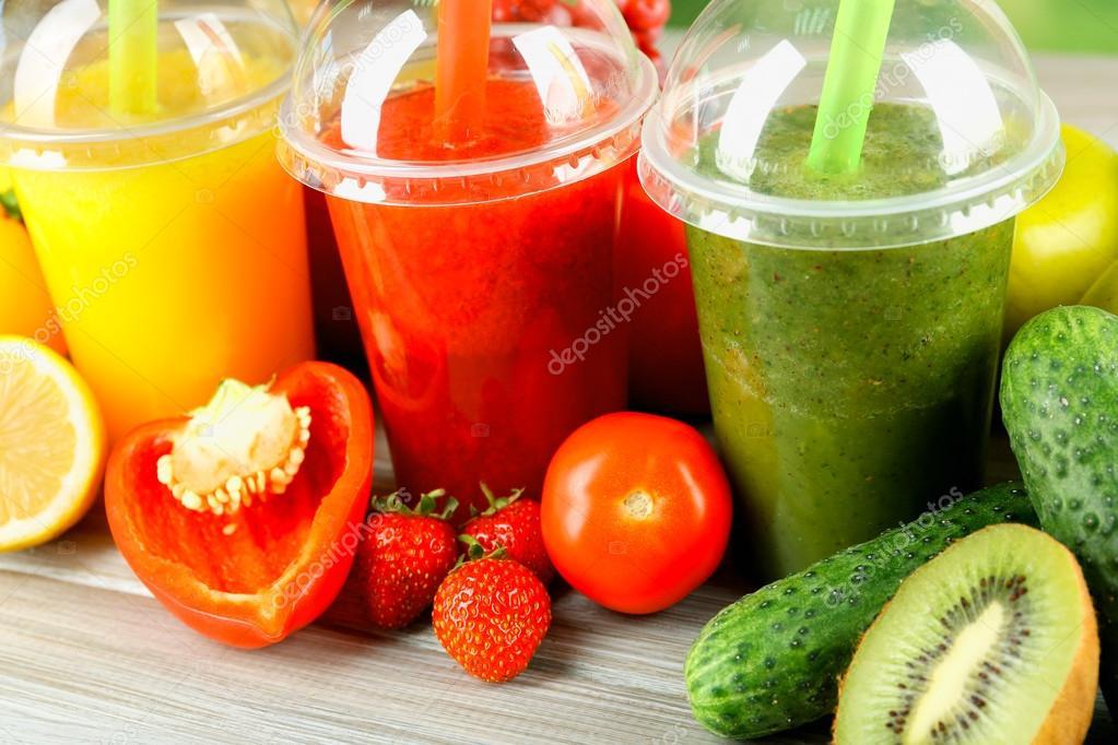Frischer Saft Mischung Obst, gesunde Getränke auf Holztisch, auf ...