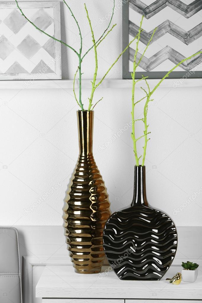 Moderne Vasen moderne vasen auf kommode stockfoto belchonock 84927878