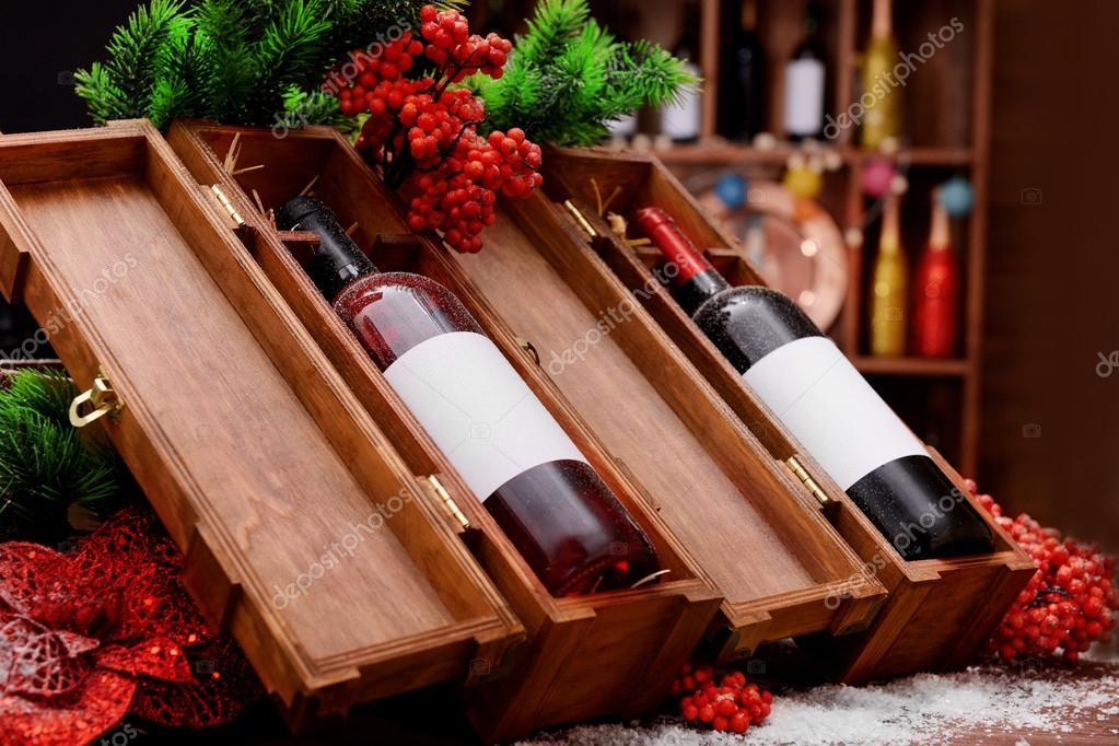 Botellas de vino en cajas de madera decoradas en la tienda Fotos