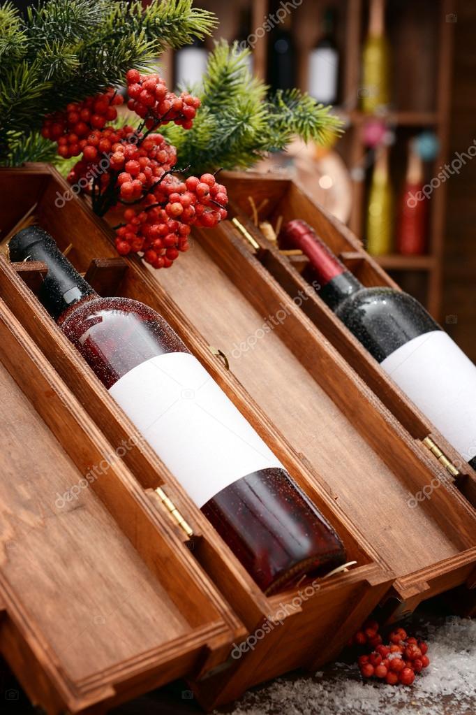 Botellas de vino en cajas de madera decoradas en la tienda Foto de