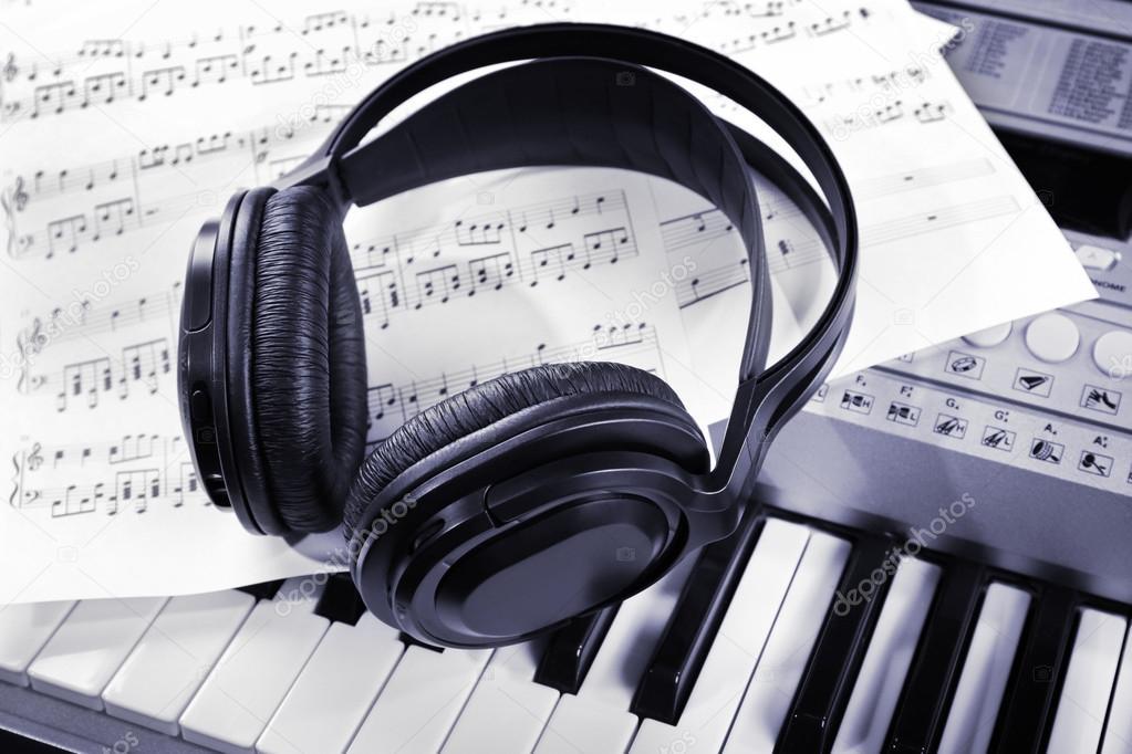 Auriculares Con Notas Musicales Foto De Stock Belchonock 86374614
