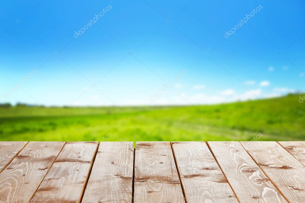 Mesa de madera con fondo de campo foto de stock - Mesa de campo ...