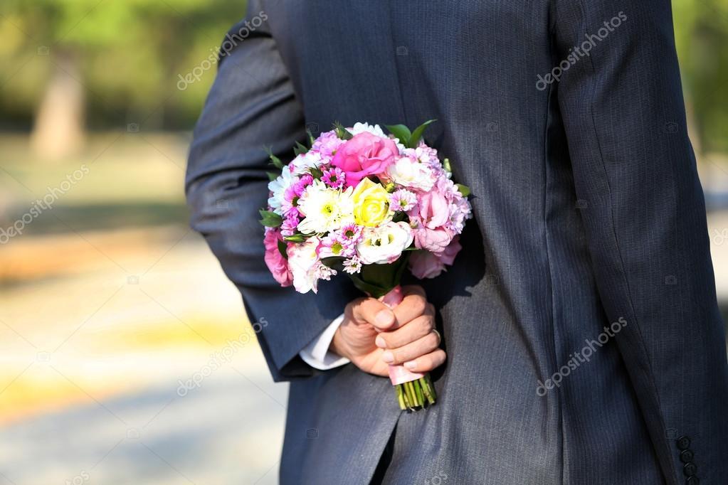Brautigam Mit Hochzeitsstrauss Und Braut Auf Natur Hintergrund
