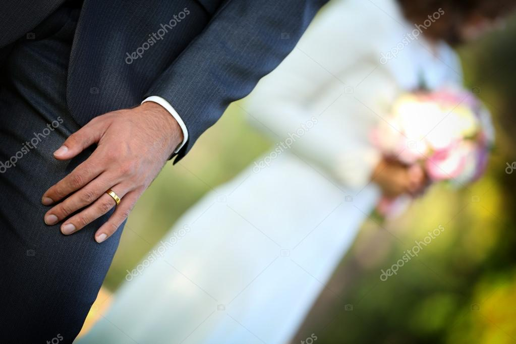 Brautigam Und Braut Mit Hochzeitsstrauss Auf Natur Hintergrund