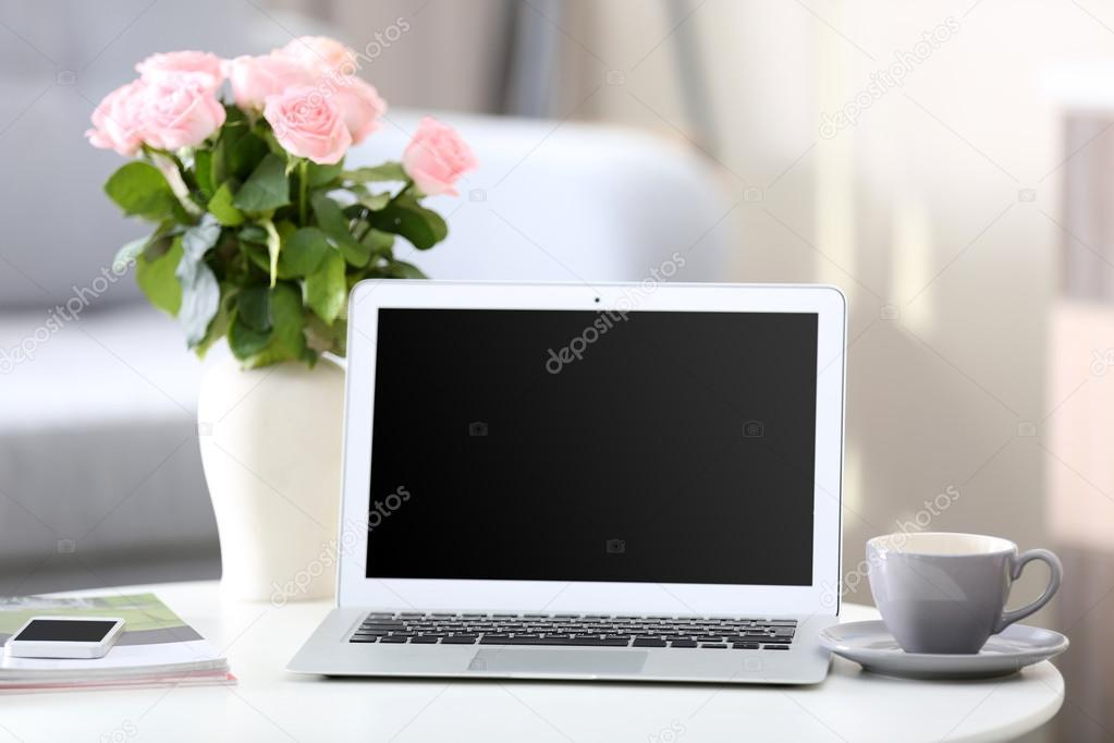 lieu de travail la maison avec ordinateur portable photographie belchonock 87340696. Black Bedroom Furniture Sets. Home Design Ideas