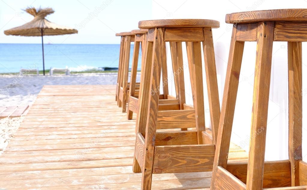 Beach bar sgabelli legno una fila primi piani u foto stock