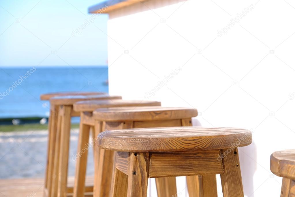 Beach bar sgabelli legno una fila primi piani u2014 foto stock