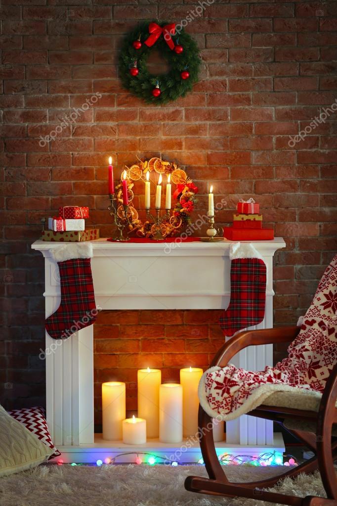 Open haard met prachtige kerstversiering in comfortabele woonkamer ...